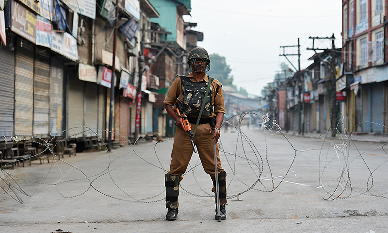 An Indian paramilitary troop stands guard during a curfew in Srinagar on July 10, 2016. ─ AFP