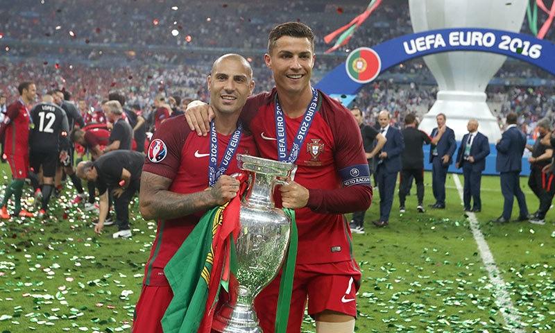 پرتگال ٹیم کے قائد کرسٹیانو رونالڈو 2016 یورو کپ ٹرافی اٹھائے ہوئے ساتھی فبٹالر کے ساتھ خوشی کا اظہار کررہے ہیں—۔فوٹو/ اے ایف پی