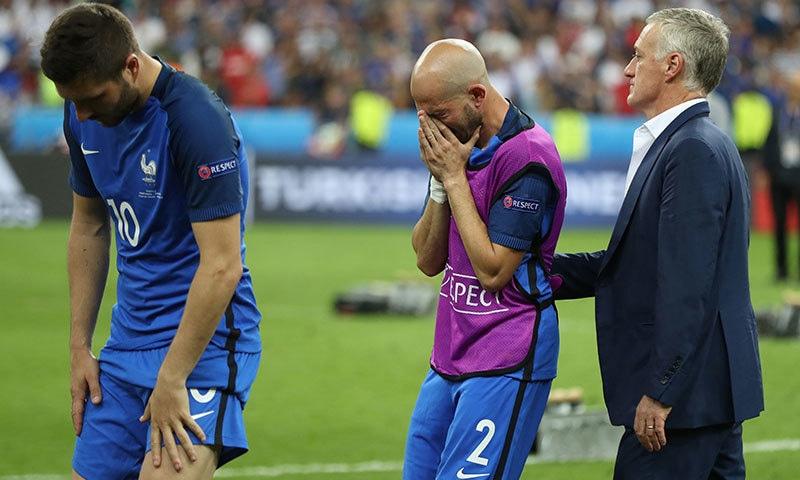 فرانسیسی ٹیم کے کوچ 2016 یورو کپ کے فائنل میں پرتگال کے خلاف شکست پر کھلاڑیوں کو تسلی دے رہے ہیں—۔فوٹو/ اے ایف پی