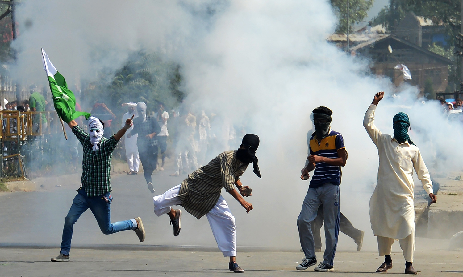 Kashmiri protesters clash with Indian police as they took to the streets chanting pro-freedom slogans after prayers marking the festival of Eidul Fitr, in Srinagar on July 6, 2016.— AFP