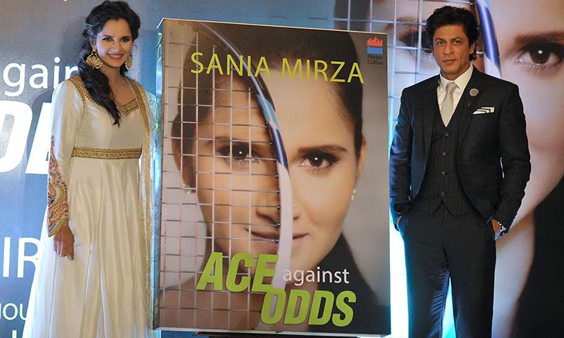 ثانیہ مرزا اپنی کتاب کی تقریب رونمائی کے موقع پر شاہ رخ خان کے ساتھ۔ فوٹو/ اے ایف پی