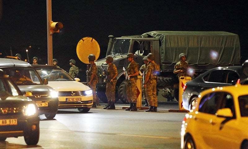 ترک فوج کے ایک باغی گروپ نے اقتدار حاصل کرنے کی کوشش کی —۔فوٹو/ اے پی