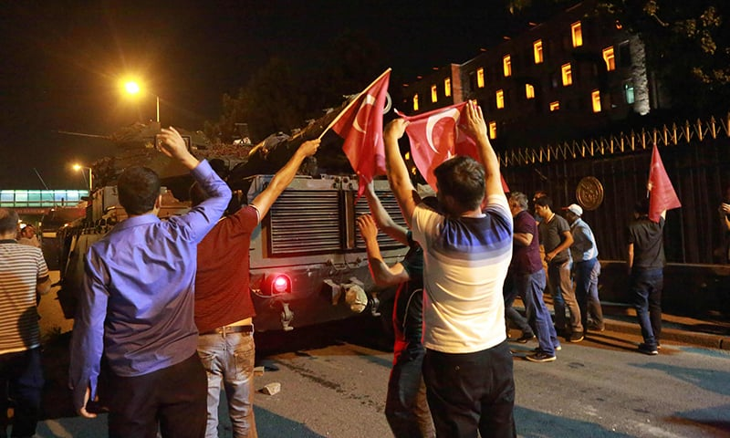 Coup bid in Turkey carried live on social media despite blockages