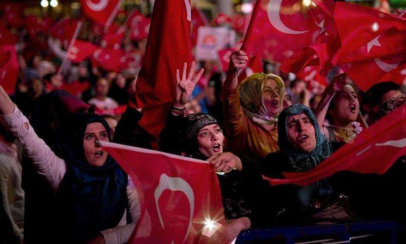 اقتدار پر قبضے کی کوشش ناکام بنائے جانے کے بعد سے ترکی میں جشن کا سا سماں ہے—فوٹو / اے پی