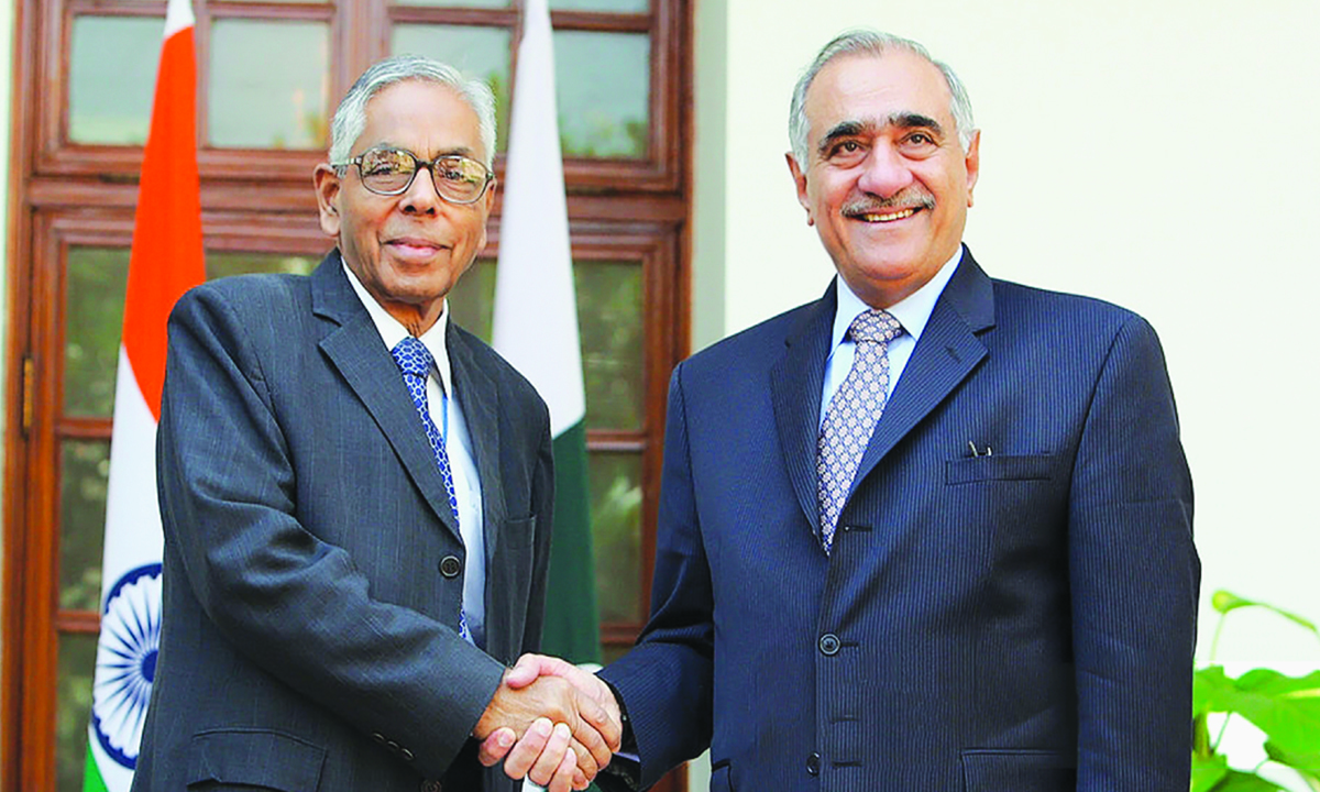 Mahmud Durrani (right) and his Indian counterpart M K Narayanan (left) shake hands at a meeting in New Delhi on October 13, 2008 | AFP