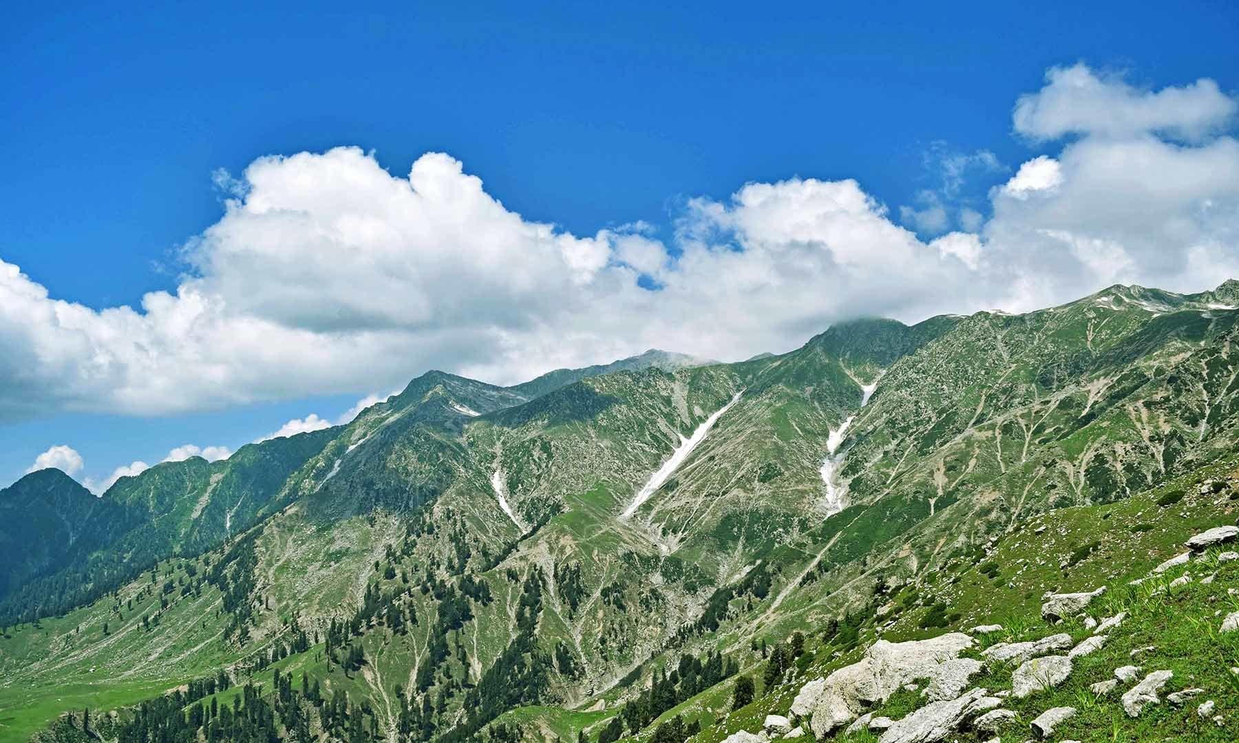 درال جھیل فلک بوس پہاڑوں کے درمیان گیارہ ہزار فٹ کی بلندی پر واقعی ہے۔