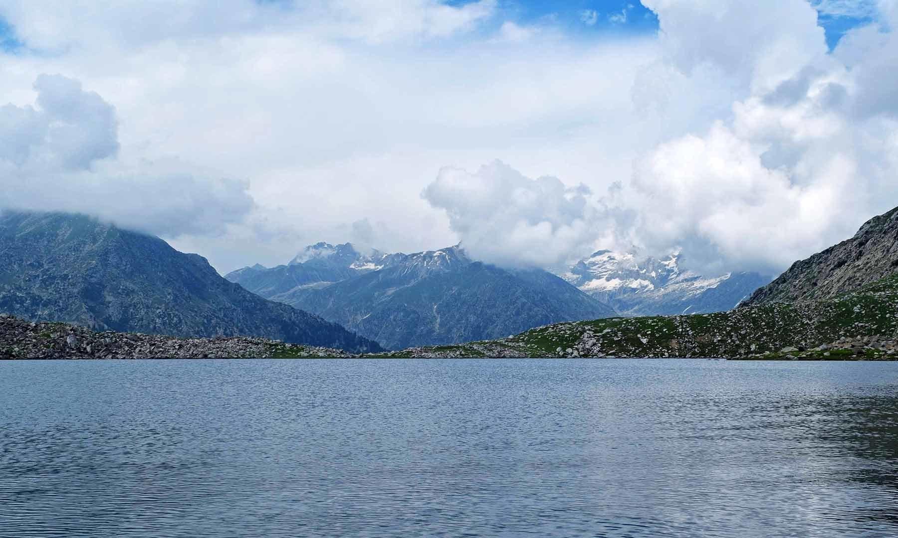 جھیل اتنی وسیع ہے کہ اس کا چکر لگانے میں تقریباً ڈیڑھ گھنٹہ لگتا ہے۔