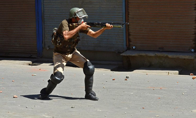 ہندوستانی پولیس اہلکار احتجاج کے دوران کشمیری مظاہرین پر چھرے فائر کر رہا ہے — اے ایف پی