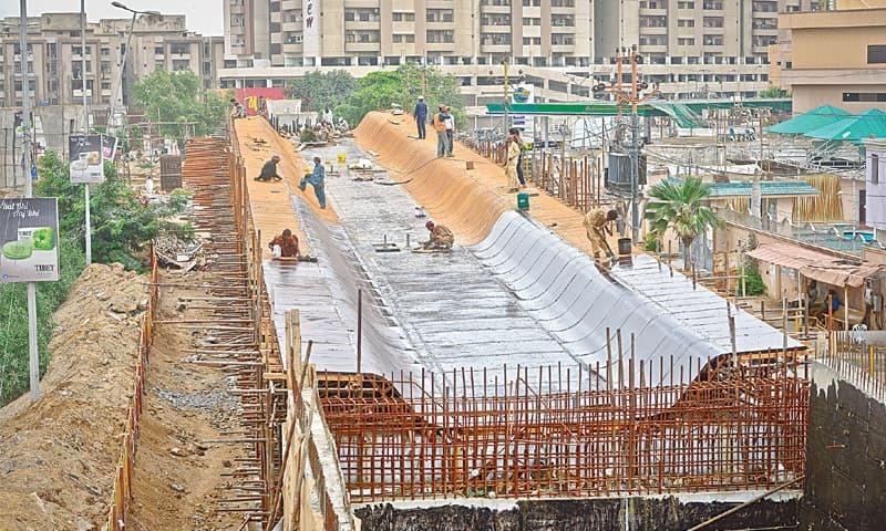 ناظم آباد بورڈ آفس کے قریب گرین لائن ریپڈ بس سروس کا  پل زیر تعمیر ہے—فوٹو/ فہیم صدیقی/وائٹ اسٹار
