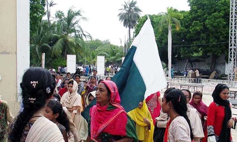 ہندو برادری کے مرد و خواتین رتھ یاترا میں شرکت کے لیے آ رہے ہیں۔ — فوٹو سید شریف الحسن