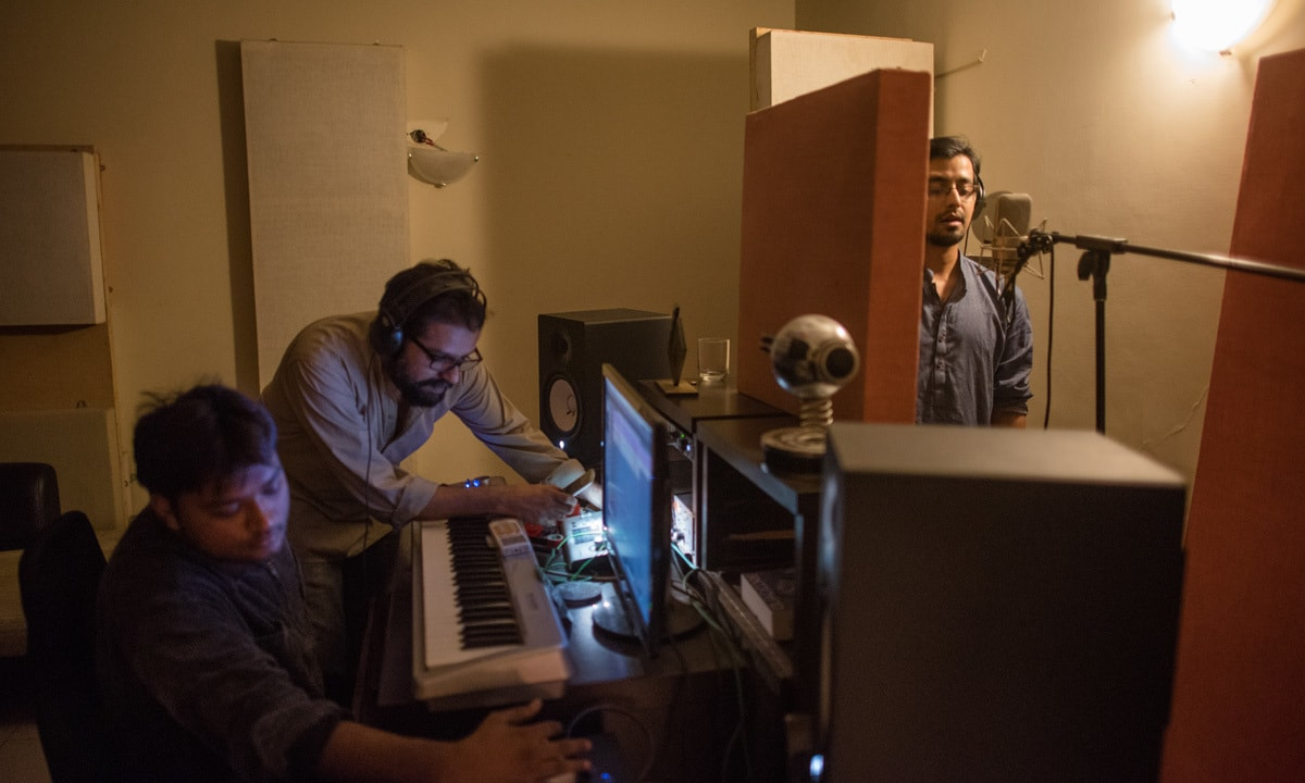 Ali Suhail records backup vocals for Ntasha Humera Ejaz's song at the studio of Omran Shafique (centre) of Mauj | Mohammad Ali, White Star