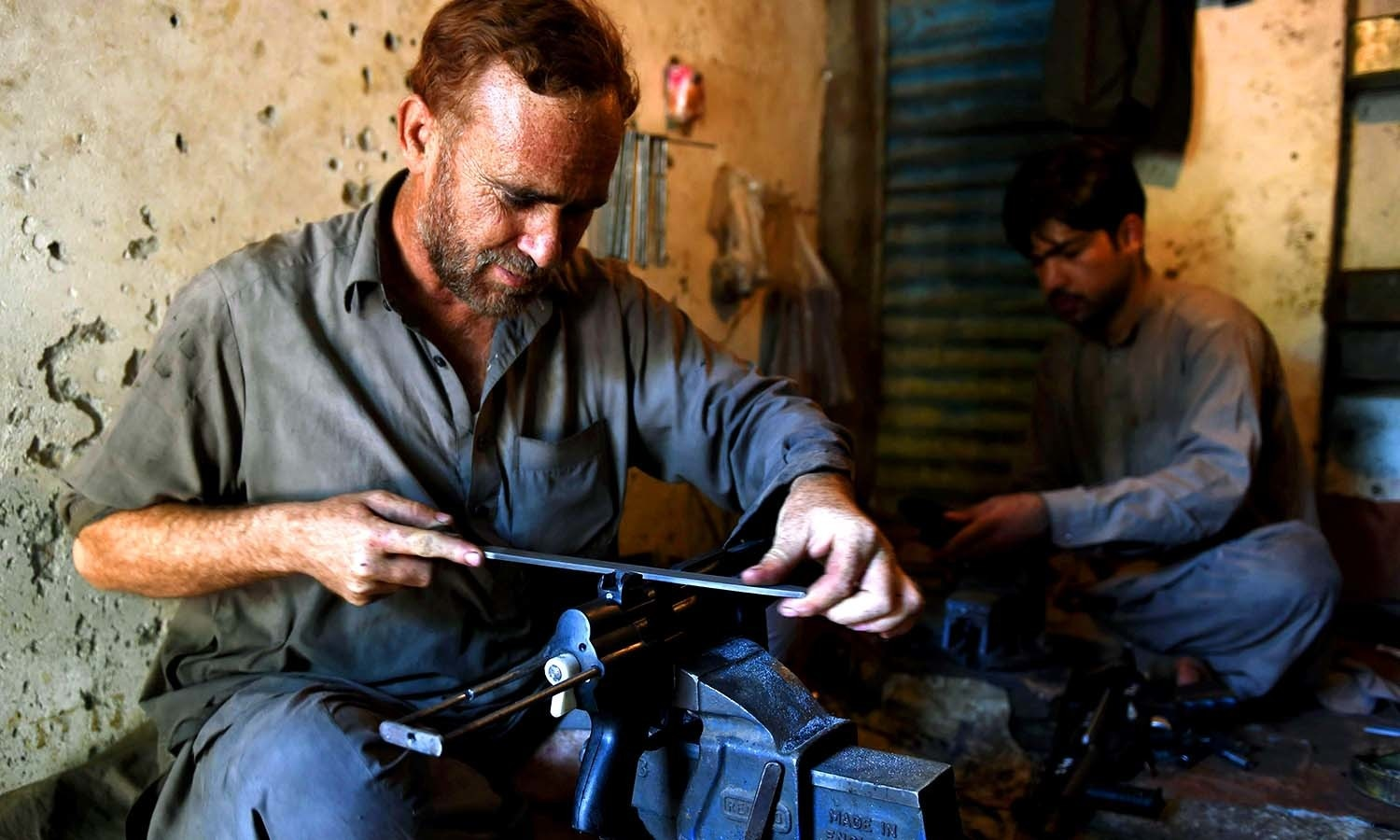 A gunsmith makes a replica of Turkish and Bulgarian made MP5 pistols. ─AFP