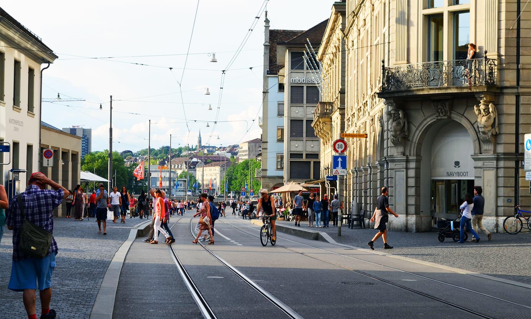 زیورخ میں سیاحوں کی کمی نہیں —فوٹو رمضان رفیق