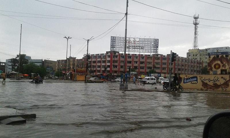 بارش میں ڈوبی ہوئی کراچی کی ایک سڑک —۔فوٹو/ بشکریہ فیس بک