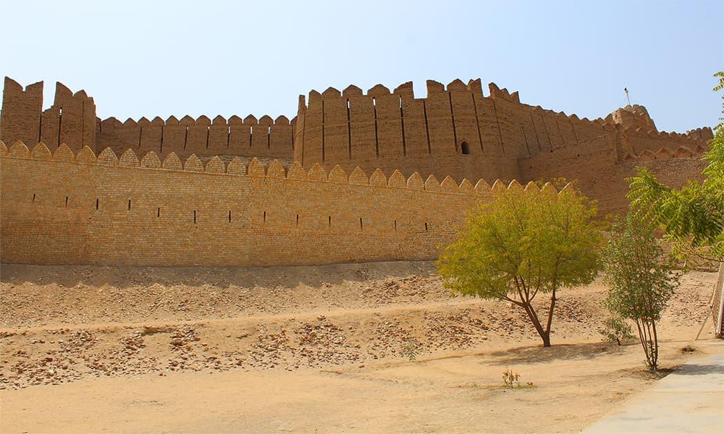 قلعہ کوٹ ڈجی کا ایک بیرونی منظر — تصویر اختر حفیظ