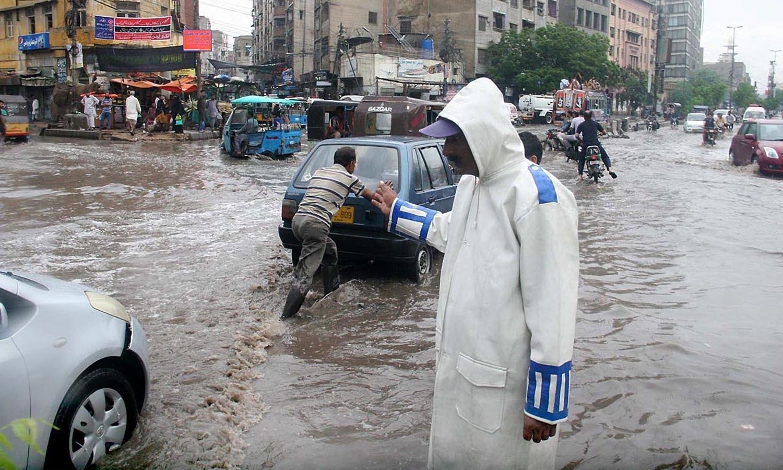 آفس سے نکل کر تھوڑا ہی آگے آئے ہوں گے کہ پانی میں ڈوب کر گاڑی یا موٹر سائیکل بند ہوگئی