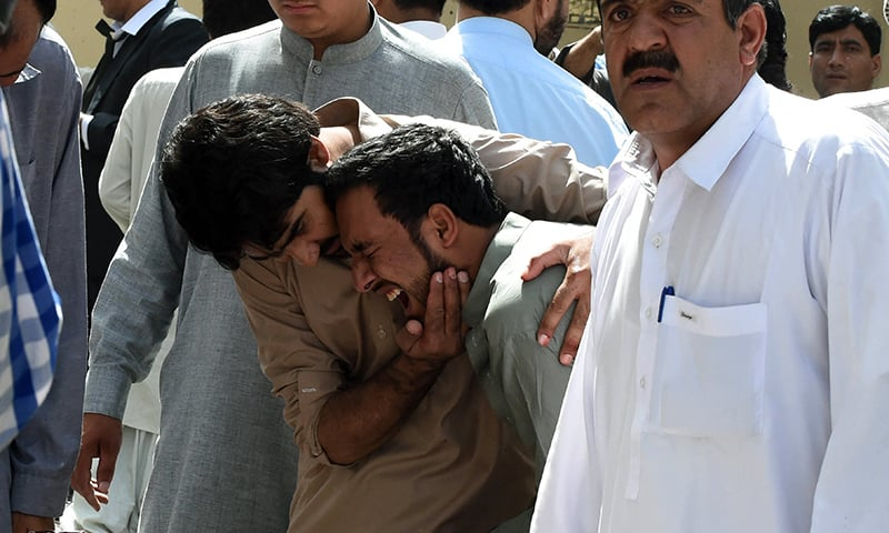 دھماکے میں ہلاک ہونے والوں کے اہلخانہ شدت غم سے نڈھال ہیں— فوٹو/اے ایف پی
