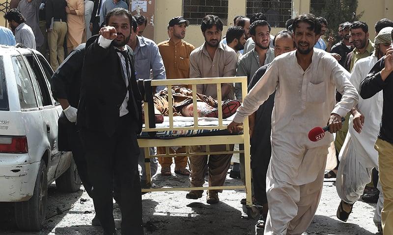 دھماکے کے بعد ایک شخص کو ہسپتال منتقل کیا جارہا ہے— فوٹو/ اے ایف پی