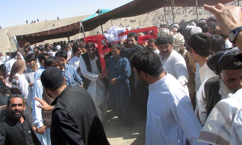 کوئٹہ دھماکے میں ہلاک ہونے والے افراد کی نماز جنازہ مختلف علاقوں میں ادا کی گئی جس میں بڑی تعداد میں عام افراد نے بھی شرکت کی — فوٹو/ اے ایف پی