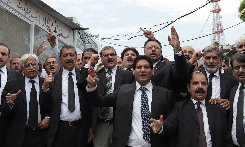 وکلاء نے احتجاج کے دوران ذمہ داروں کے خلاف کارروائی کا مطالبہ کیا جبکہ دہشت گردی کے خاتمے پر بھی زور دیا گیا — فوٹو/ اے ایف پی