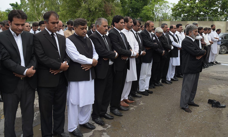 دھماکے میں ہلاک ہونے والے افراد کی غائبانہ نماز جنازہ  بھی ادا کی  گئی — فوٹو/ اے ایف پی