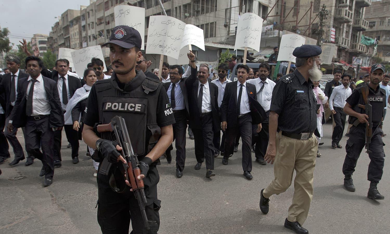 وکلاء کے احتتجاجی مظاہروں میں  سیکیورٹی کے سخت انتظامات کیے گئے — فوٹو/ اے پی