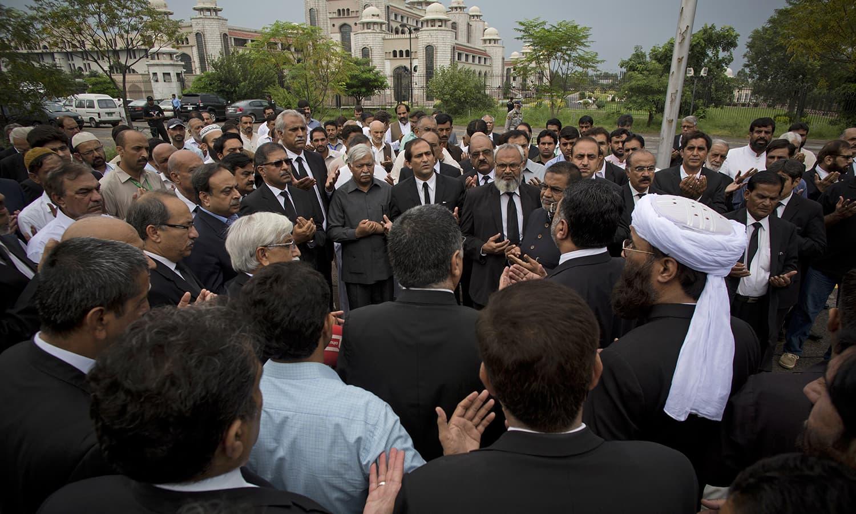 دھماکے میں ہلاک ہونے والوں کے ایصال ثواب کے لیے دعائیہ اجتماعات بھی ہوئے — فوٹو/ اے پی