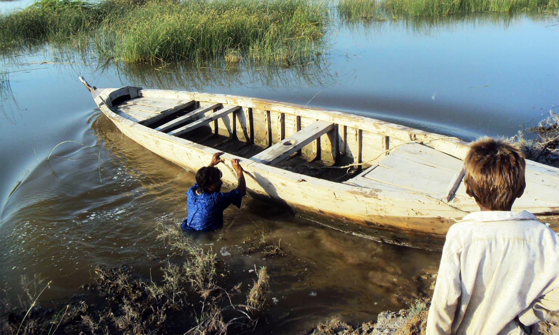 جھیلوں کے کنارے زندگی بسر کر رہے لوگ — تصویر ابوبکر شیخ