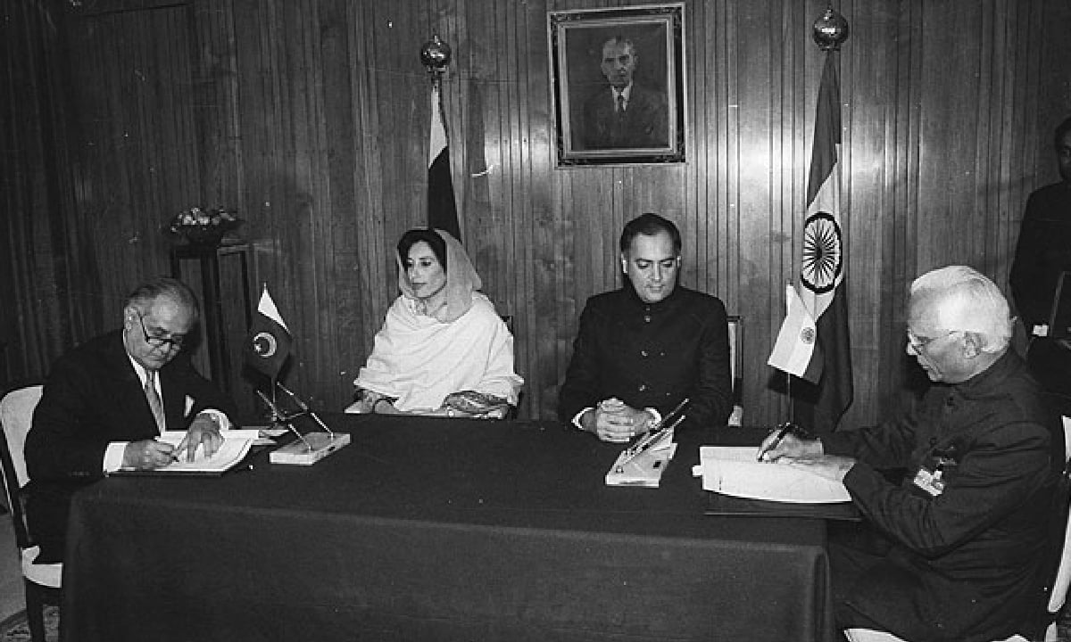 Indian foreign secretary KPS Menon and his Pakistani counterpart Dr Humayun Khan signing an agreement in the presence of the then prime ministers Rajiv Gandhi and Benazir Bhutto, in December 1988. | File Photo