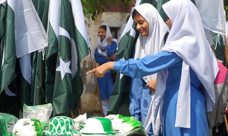 اسلام آباد: طالبات جشن آزادی کے حوالے سے فروخت ہونے والی اشیاء کو دلچسپی سے دیکھ رہی ہیں—فوٹو/ آن لائن