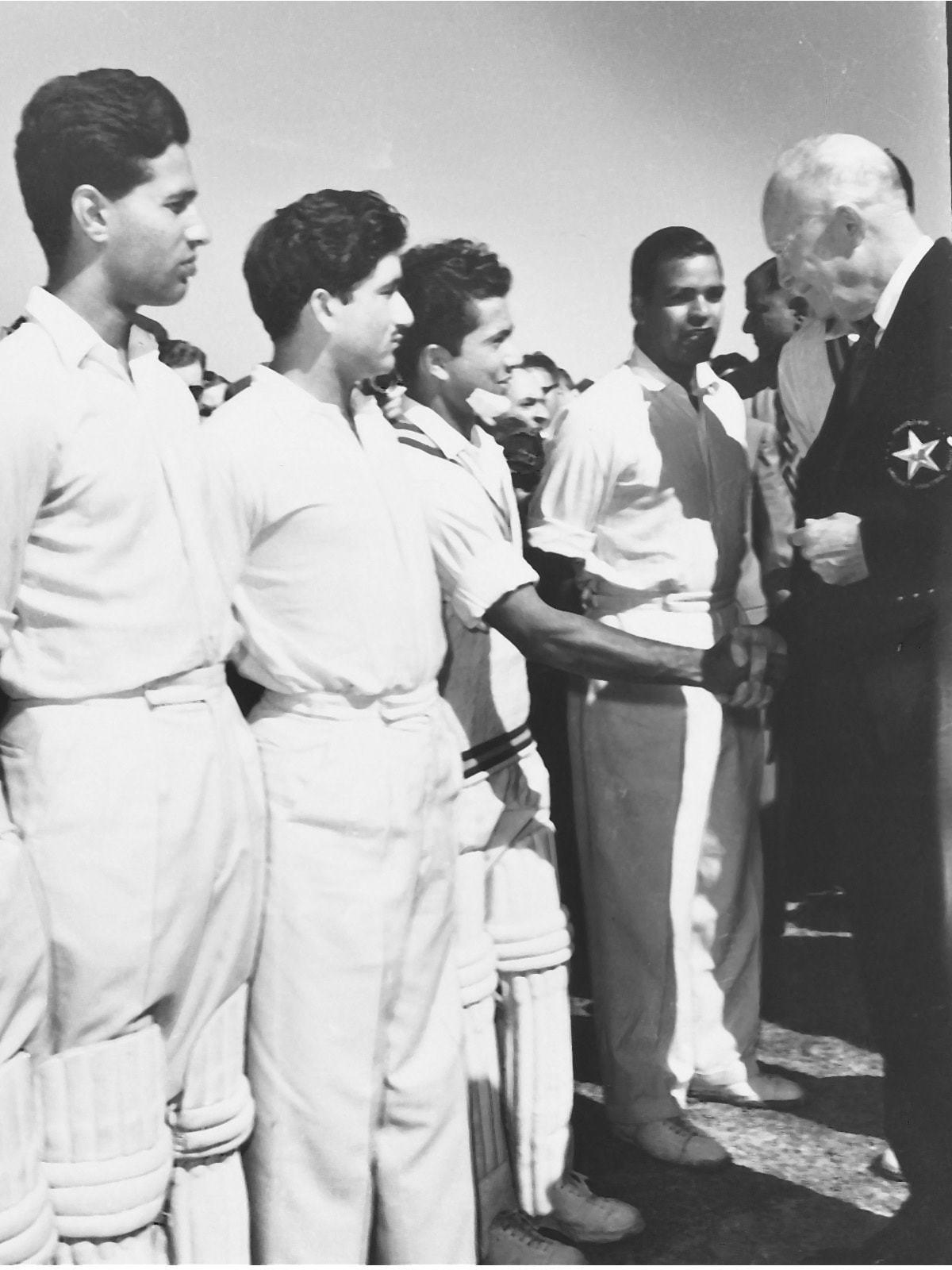 امریکی صدر ڈوائٹ ڈی آئزن ہاور 1959 میں کراچی میں حنیف محمد سے ہاتھ ملاتے ہوئے۔ — فوٹو وائٹ اسٹار۔