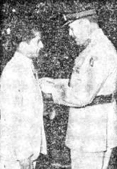 فیلڈ مارشل صدر محمد ایوب خان ٹیسٹ کرکٹ کی طویل ترین اننگز کھیلنے اور سر ڈان بریڈمین کا ریکارڈ توڑ کر دو ورلڈ ریکارڈز اپنے نام کرنے پر حنیف محمد کو 1958 میں صدارتی تمغہ برائے حسنِ کارکردگی دے رہے ہیں۔ فوٹو ڈان اخبار۔