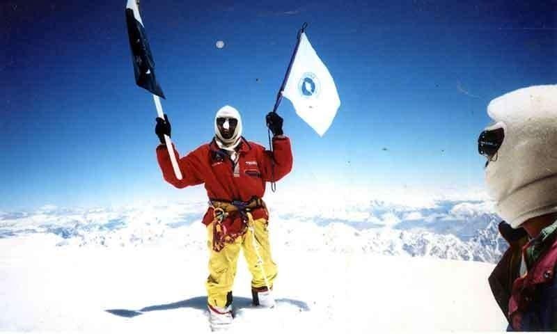 رجب شاہ نے 9 سال کے عرصے میں انتہائی بلندی پر کام کرنے والے قلی کے طور پر پانچ چوٹیوں کو سر کرنے کا شاندار کارنامہ سر انجام دیا۔ — فوٹو waytok2.com