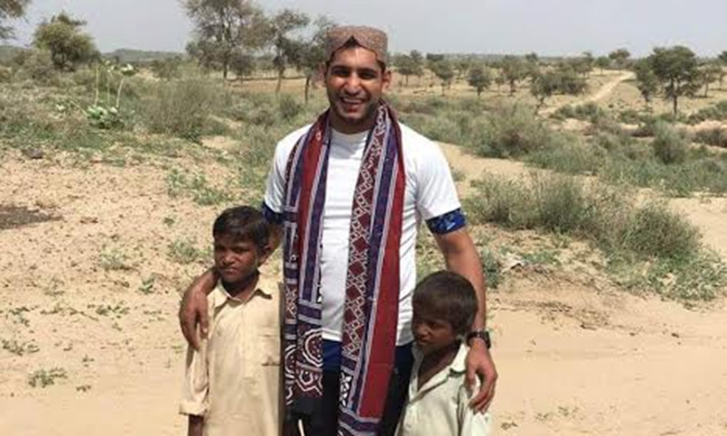 The Pakistani-origin British boxer poses for a photograph with two children. ─ Photo by author.