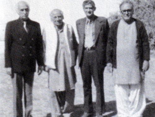 کیپٹن ظفراللہ پوشنی (دائیں سے دوسرے نمبر پر) فیض احمد فیضؔ اور دیگر کے ساتھ