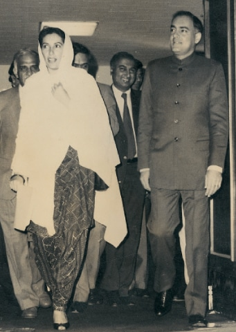 Benazir Bhutto with Rajiv Gandhi  in 1988 / White Star