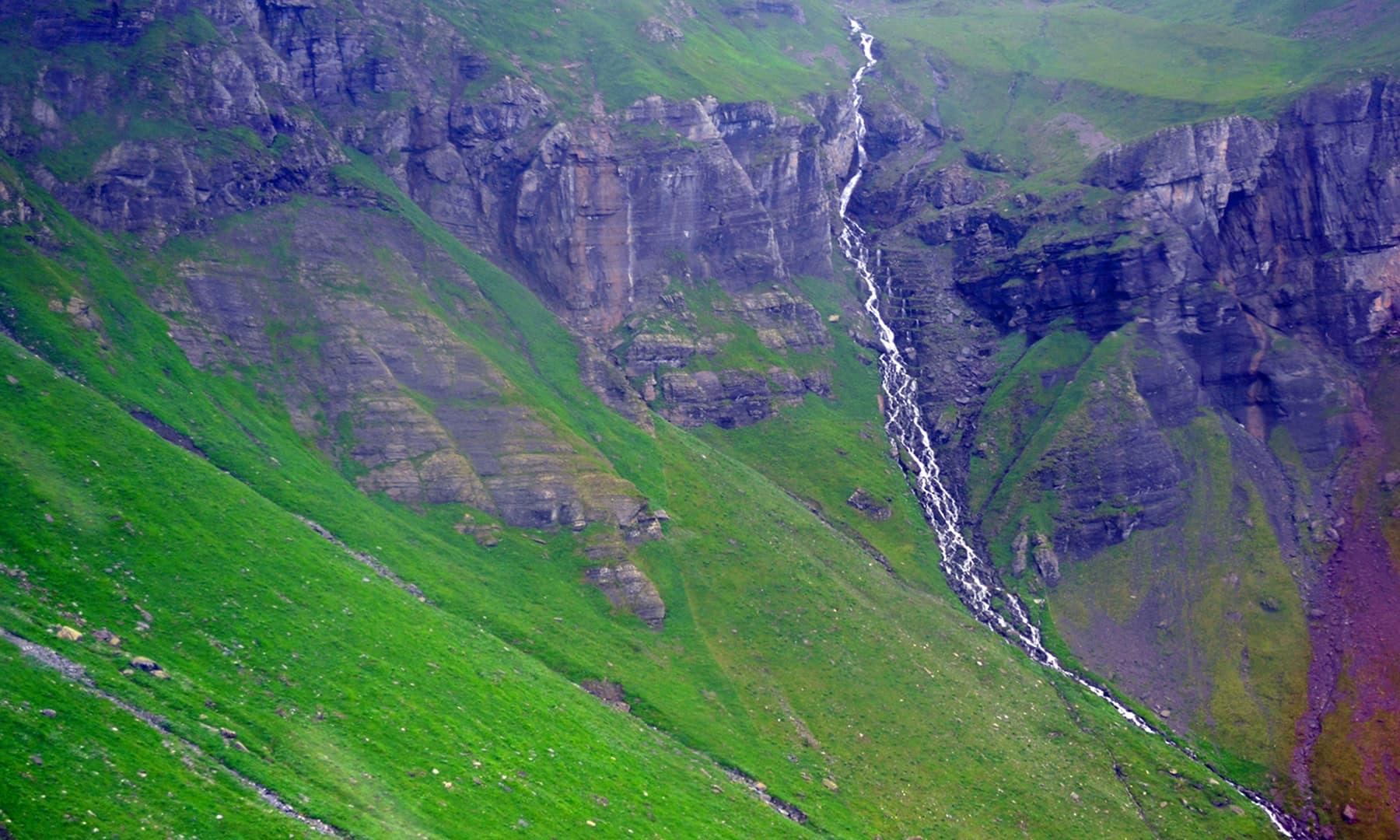 انٹر لاکن میں دور سے ایک آبشار کا نظارہ — تصویر رمضان رفیق