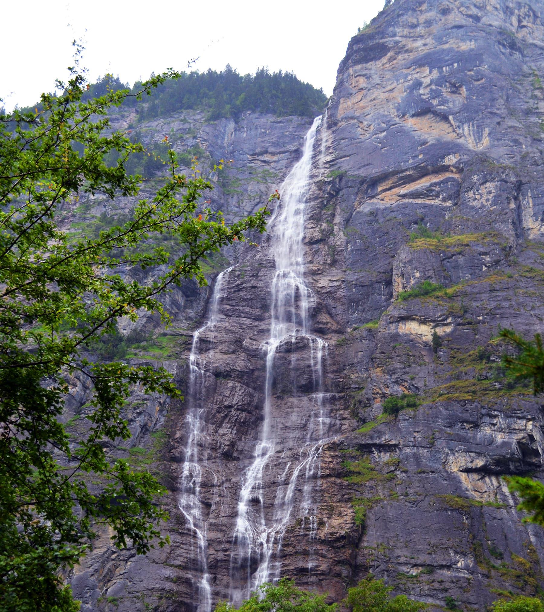 انٹر لاکن میں ایک آبشار — تصویر رمضان رفیق