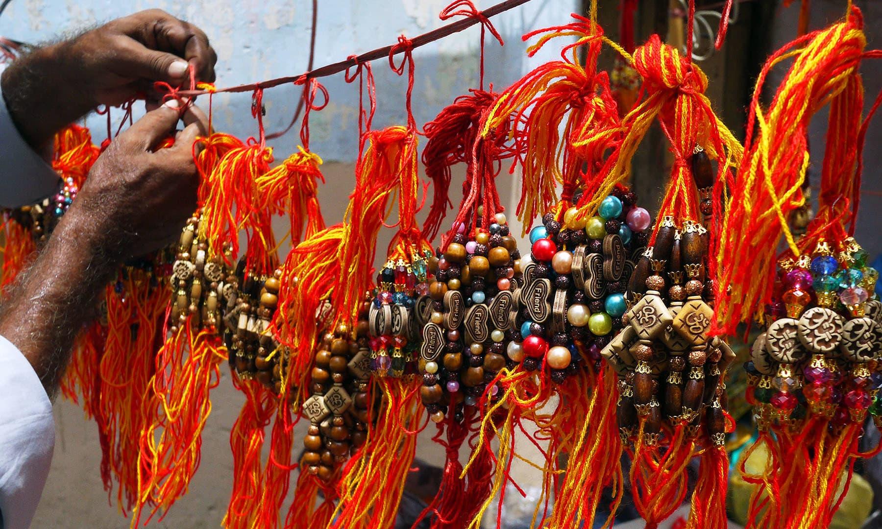 رکشا بندھن قریب آتے ہی ہندو خواتین اپنے بھائیوں کے لیے راکھی خریدتی ہیں.