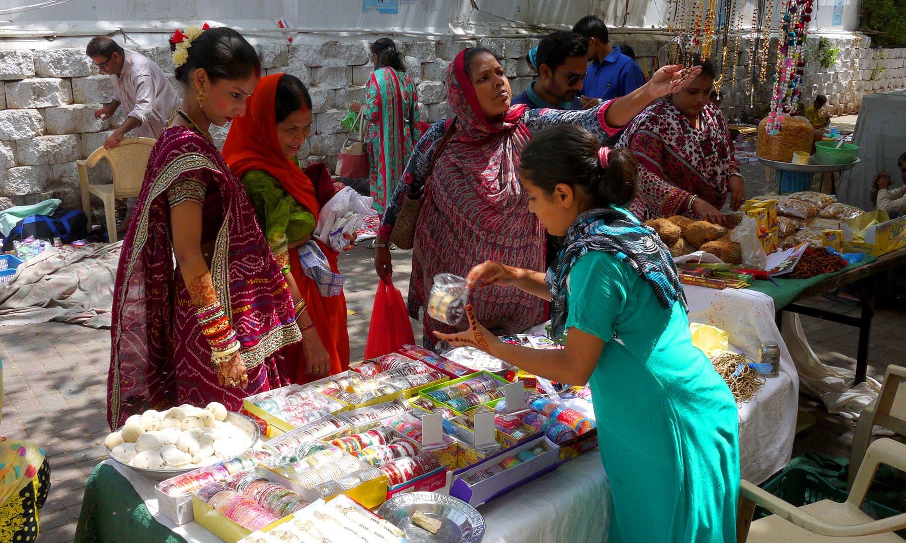 راکھی کے تہوار کے لیے ہندو خواتین چوڑیاں خرید رہی ہیں.