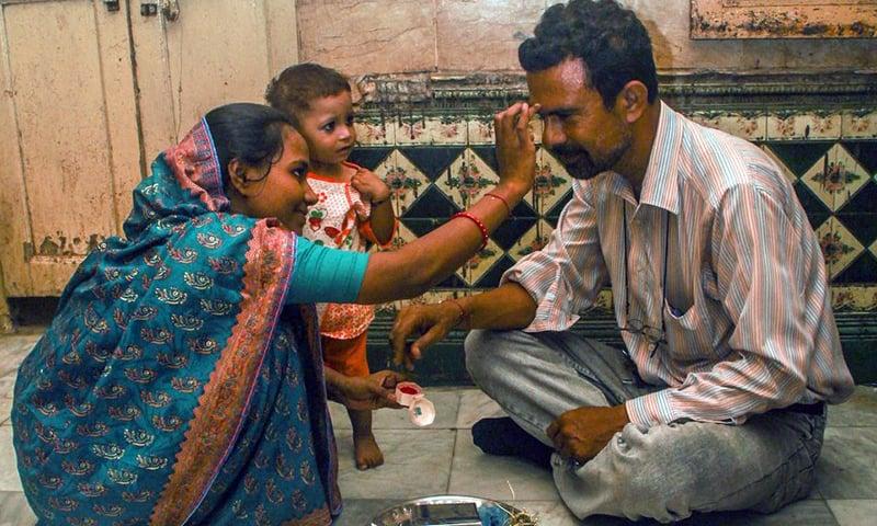 منگلا اپنے مسلمان بھائی ماجد حسین کو تلک لگا رہی ہیں