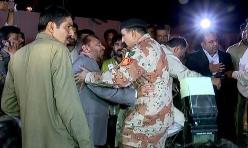 رینجرز اہلکار فاروق ستار اور خواجہ اظہار الحسن کو گرفتار کرکے لے جارہے ہیں — فوٹو: ڈان نیوز.