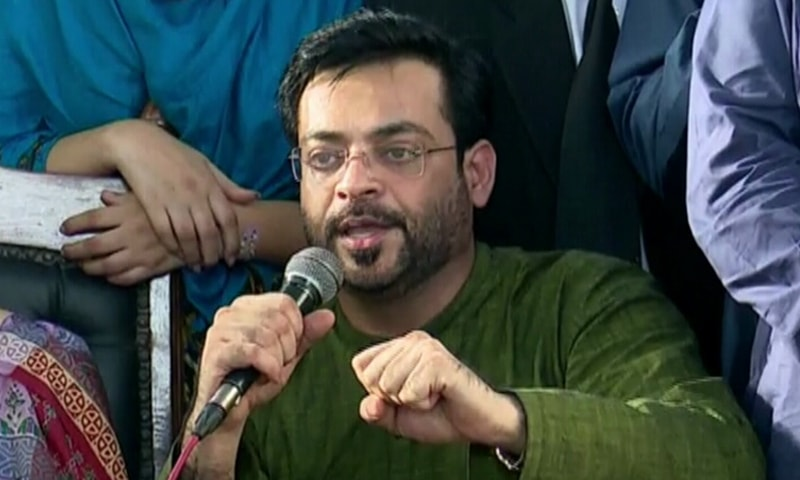 Amir Liaquat addresses press conference. ─ DawnNews