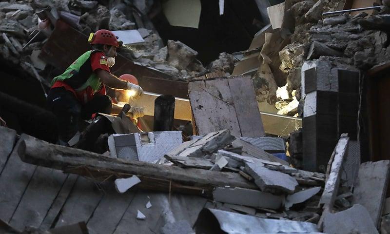 Rescuers search through debris following the earthquake in Pescara Del Tronto, Italy ─AP