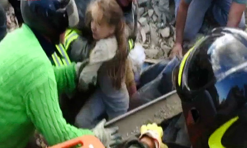 اٹلی: امدادی کارکن 10 سالہ بچی کو زندہ نکالنے میں کامیاب رہے جو 17 گھنٹوں سے ملبے تلے دبی ہوئی تھی—فوٹو/ اے پی