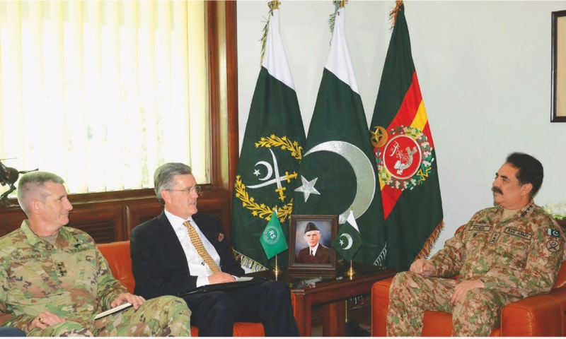 RAWALPINDI: Army Chief General Raheel Sharif exchanging views with US Special Envoy for Afghanistan and Pakistan Richard Olson and Commander of Resolute Support Mission in Afghanistan Gen John Nicholson here on Thursday.— APP