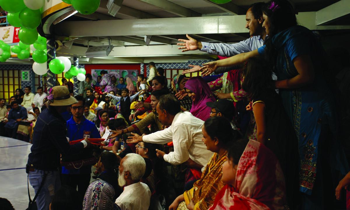 *Jeeto Pakistan's* host Fahad Mustafa distributes gift hampers among the audience   Mohammad Ali, White Star