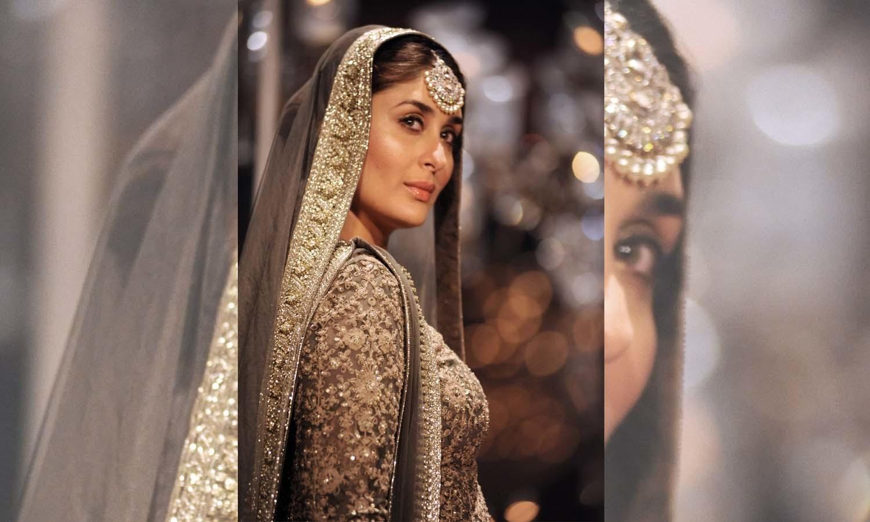 بولی وڈ اداکارہ کرینہ کپور خان نے ڈیزائنر سبیاسچی کا بنایا ہوا عروسی جوڑا زیب تن کیا — فوٹو/ اے ایف پی