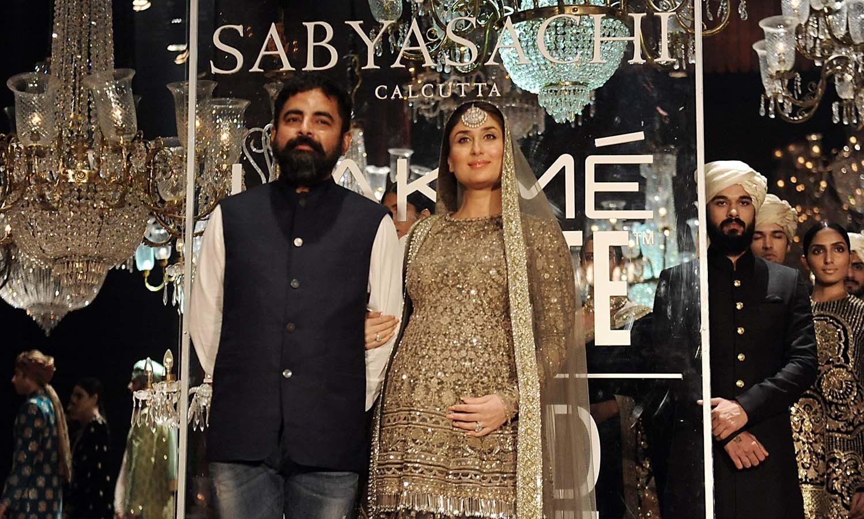 ڈیزائنر سبیاسچی اور کرینہ کپور ریمپ پر موجود ہیں — فوٹو/ اے ایف پی