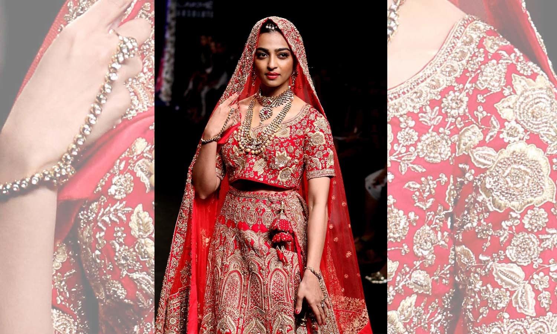 اداکارہ ردھیکا آپٹے نے ہندوستانی ڈیزائنر سروج جالان کے لیے واک کی — فوٹو/ اے ایف پی